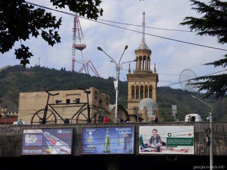 Телебашня и колесо обозрения на горе Мтацминда в Тбилиси