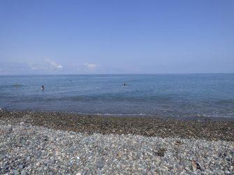 Чистый пляж в августе в Батуми