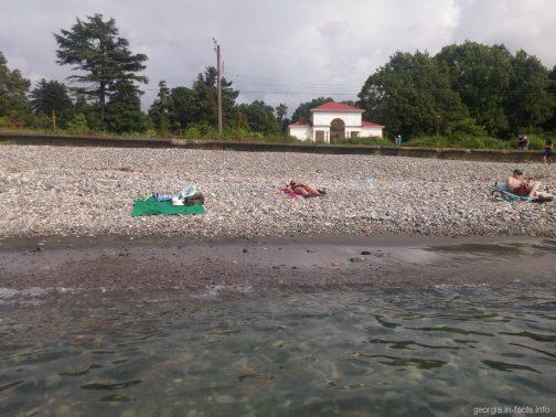 Галька в море у Зеленого мыса в Грузии
