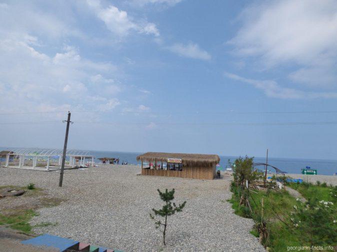 Пляж около поселка Квариати в Грузии