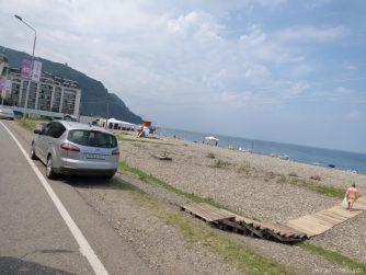 Спуск к пляжу Квариати в Грузии