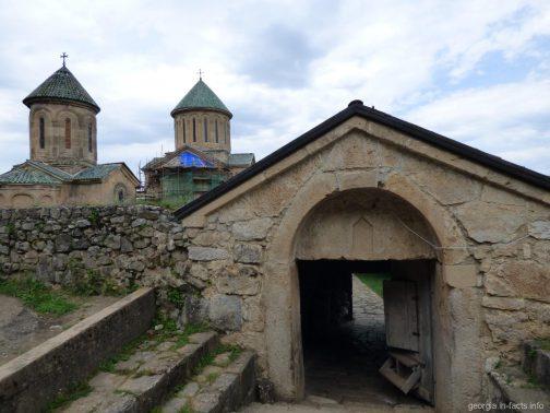 Вход на территорию монастыря Гелати в Кутаиси, Грузия