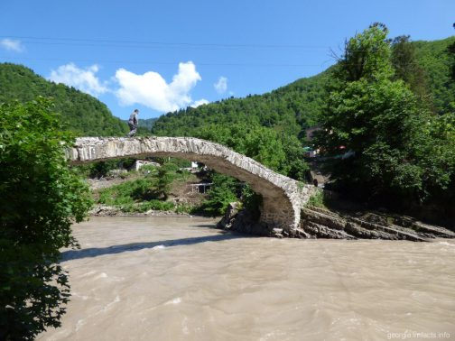 Мост царицы Тамары без туристов в горной Аджарии, Грузия
