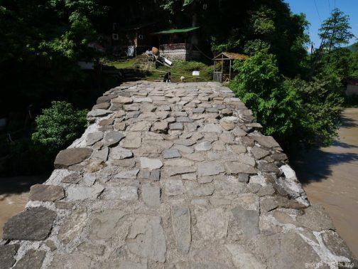 На мосту царицы Тамары в горной Аджарии, Грузия