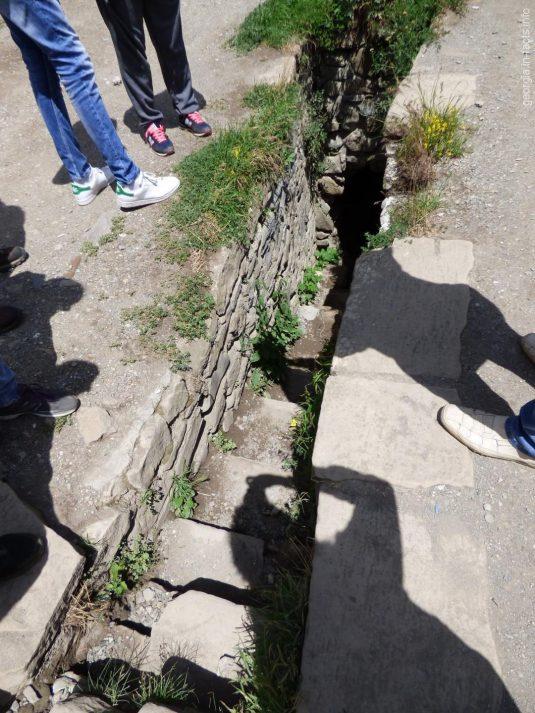 Подземный лаз за крепостью Ананури, Грузия