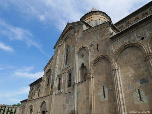 Прогулка по территории храма Светицховели в Грузии