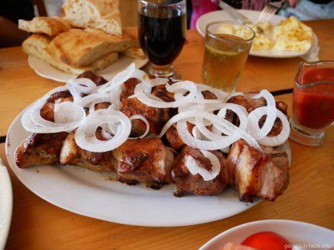 Шашлык на обед в ресторане, Военно Грузинская дорога, Грузия