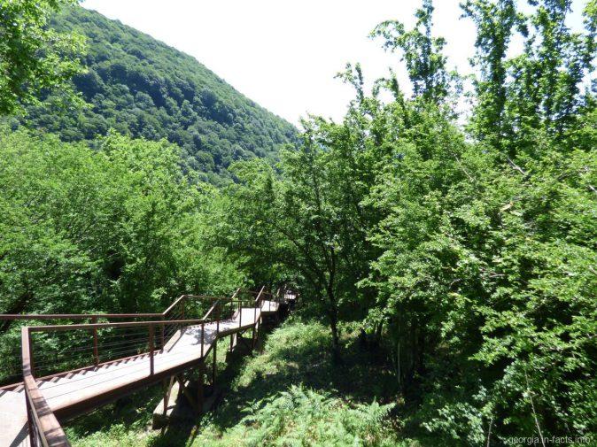 Лестница сразу после входных ворот в каньон Окаце, Грузия