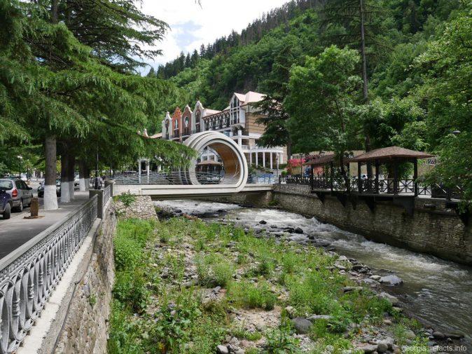 Мост петля около отеля «Crowne Plaza Borjomi», Боржоми, Грузия
