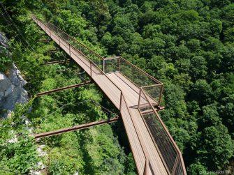 Подвесной мост, проложенный над каньоном Окаце, Грузия