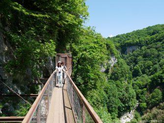 Прогулка по мостику на каньоне Окаце, Грузия