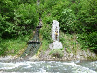 Водопад и статуя Прометея в Боржоми, Грузия