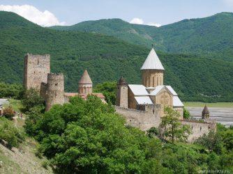 Крепость Ананури во время экскурсии по Военно Грузинской дороге
