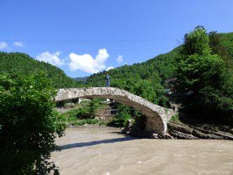 Мост царицы Тамары во время экскурсии по Горной Аджарии, Грузия
