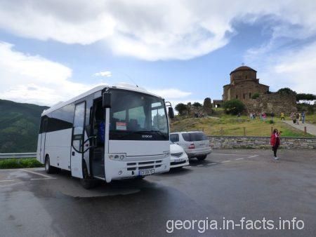 Наш автобус на групповой экскурсии в Мцхету, Грузия