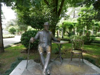 Памятник Михаилу Д'Альфонсу в приморском парке Батуми, Грузия