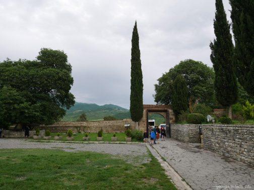 Входные ворота на территорию монастыря Самтавро в Мцхете, Грузия
