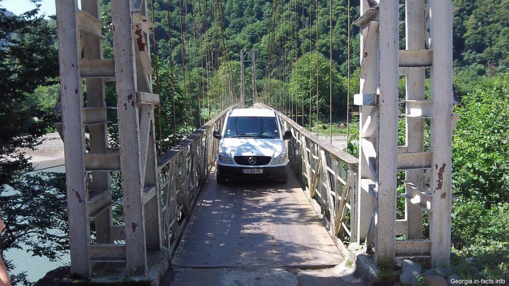 Автомобиль на мосту
