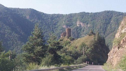 Горная дорога в Грузии в июне