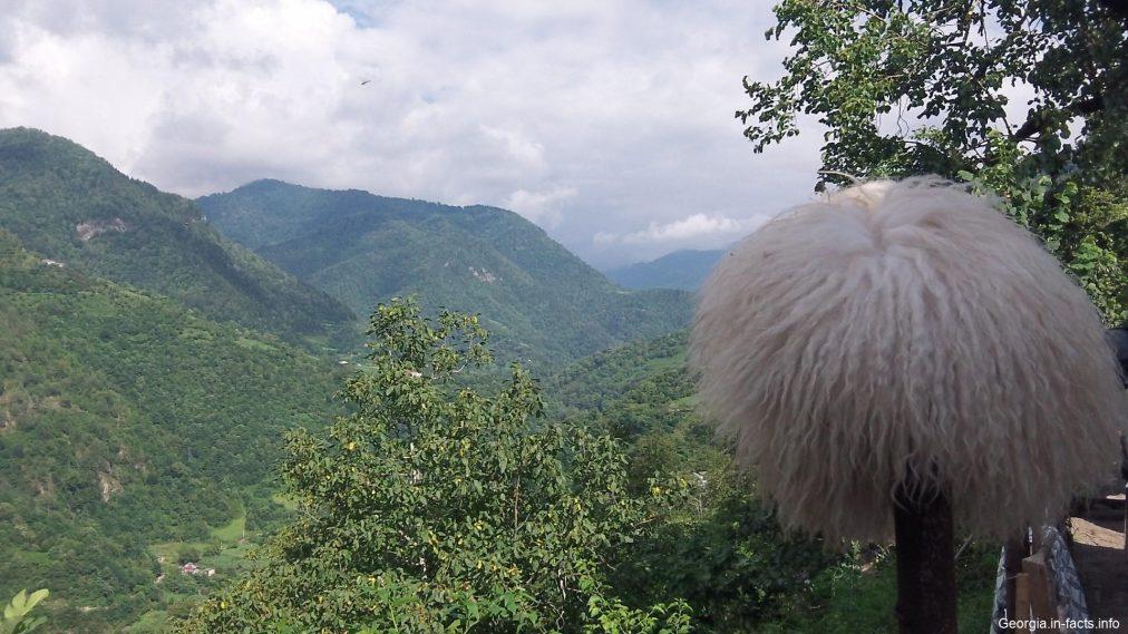 Горы и традиционная шапка