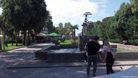Интересный фонтан со скульптурой в Батуми