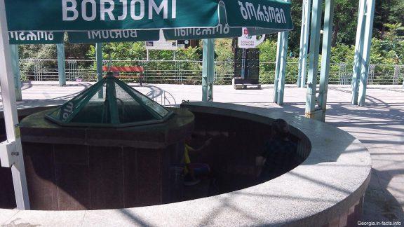 Минеральная вода в Боржоми бювет летом