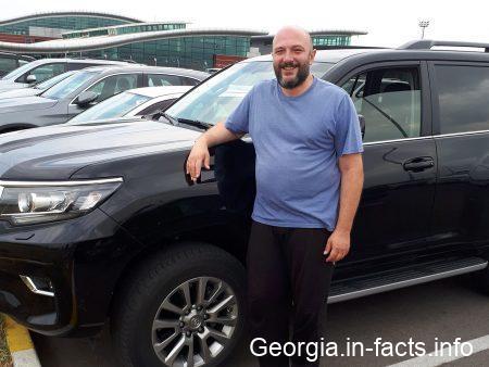 Николоз встречает туристов в Грузии