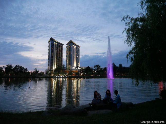 Озеро в Батуми ночью