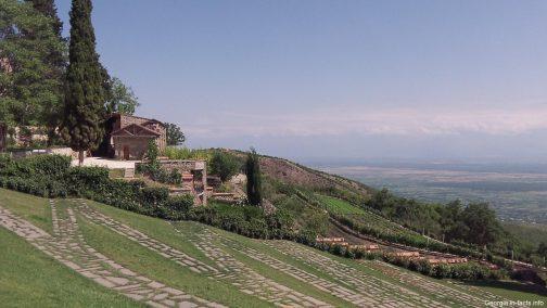 Пейзаж у монастыря Бодбе в Грузии