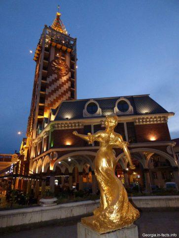Площадь Пьяцца в Батуми ночью