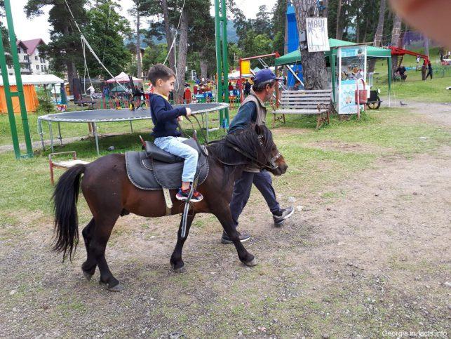 Ребенок катается на лошади в Бакуриани