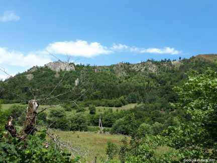 Скалы и зелень в Грузии в августе