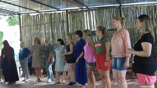 Туристов учат танцевать грузинские танцы