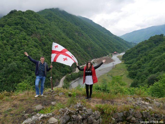 Устанавливаем грузинский флаг на старой крепости