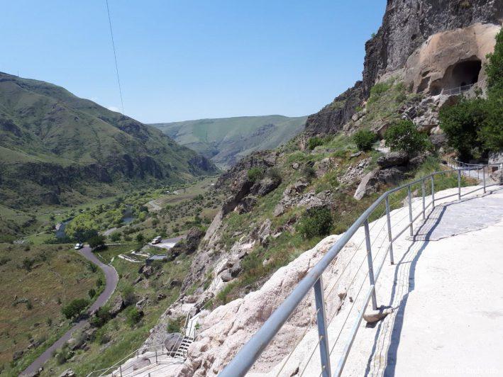Вид на летние горы с террасы в Вардзиа