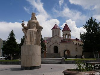 Вознесенский собор и памятник царице Тамаре