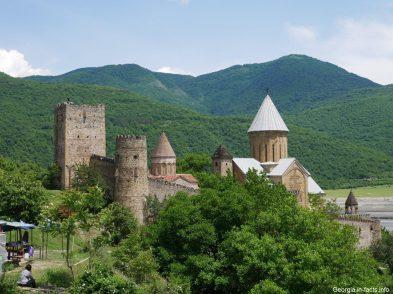 Замок Ананури в горах Грузии